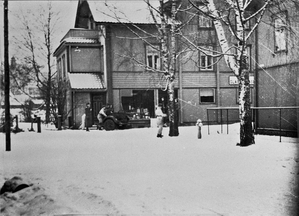 Tyske eller østerrikske soldater utenfor Brandt Glassmagasin.  Eller er det norske soldater i mars 1940? Sannsynligvis en øvelse.