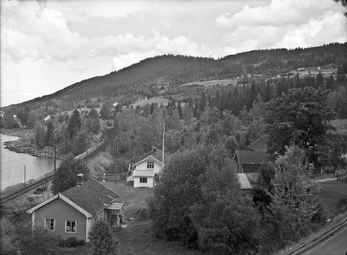 Morskogen. Ved Korslund. Småbruket Dalsrud. Revet p.g.a E6 på slutten av 1960-tallet. Nedre Korslund i bakgrunnen. Jernbanen er elektrisk.