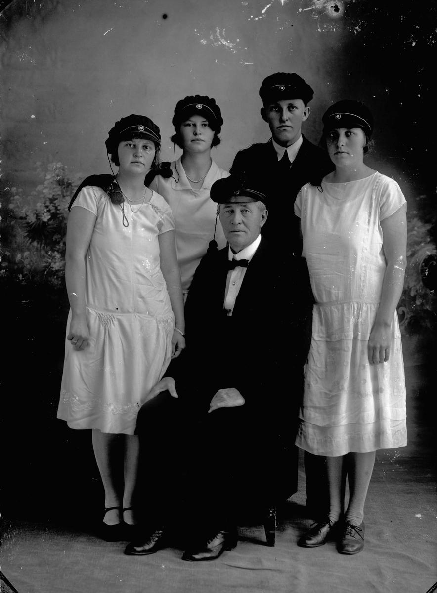 Prest (1923-38) i Langset kirke Gunerius Bovim med sine barn.