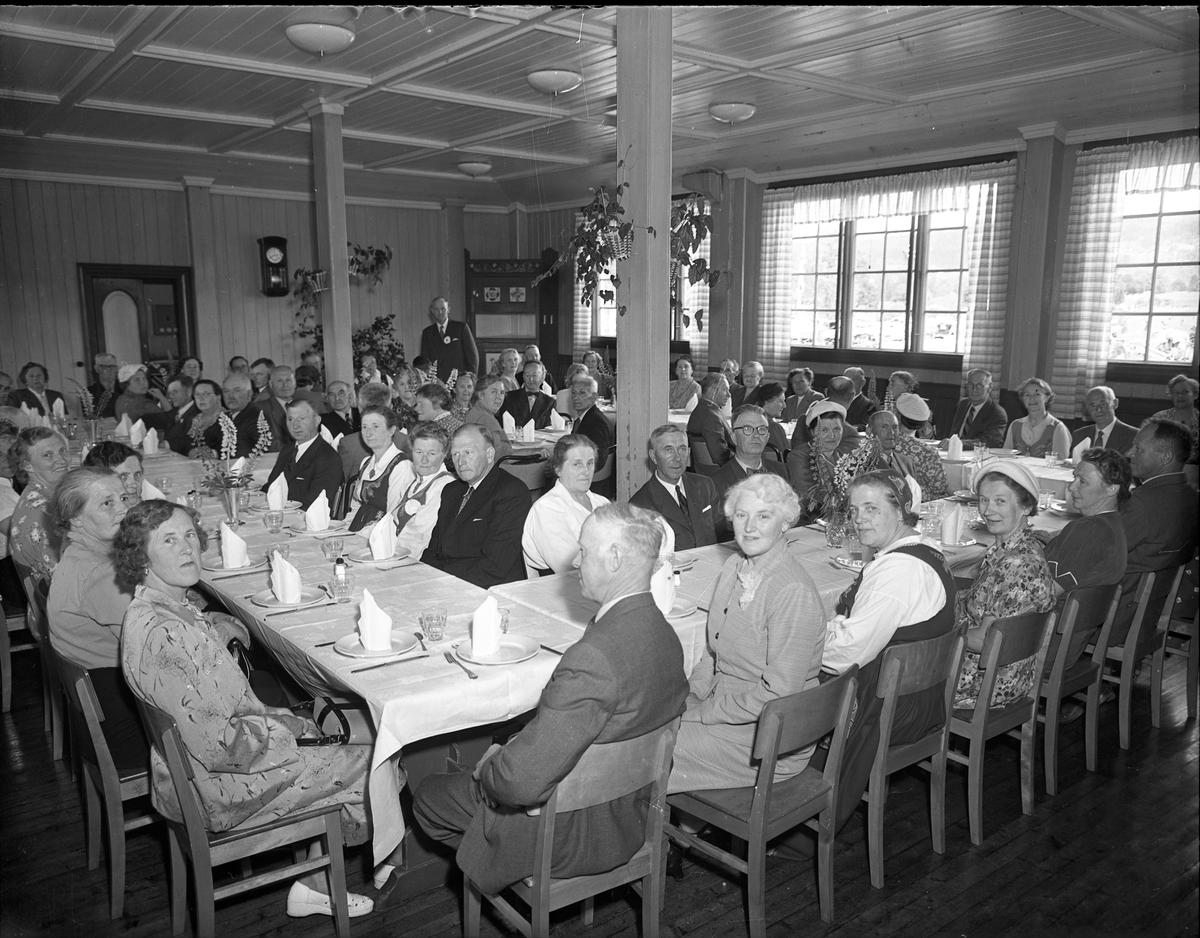 Fra Eidsvoll Bygdeutstilling i 1955.  Festlig sammenkomst.
