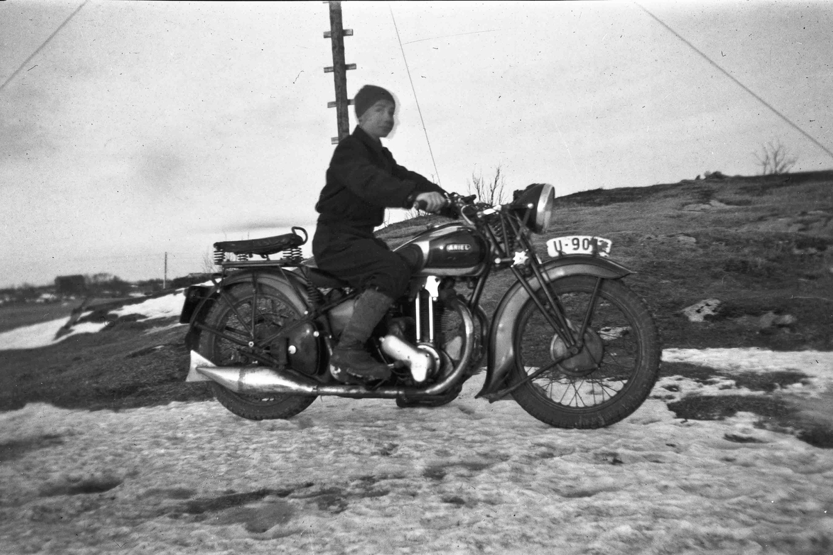 Mann på ARIEL motorsykkel.