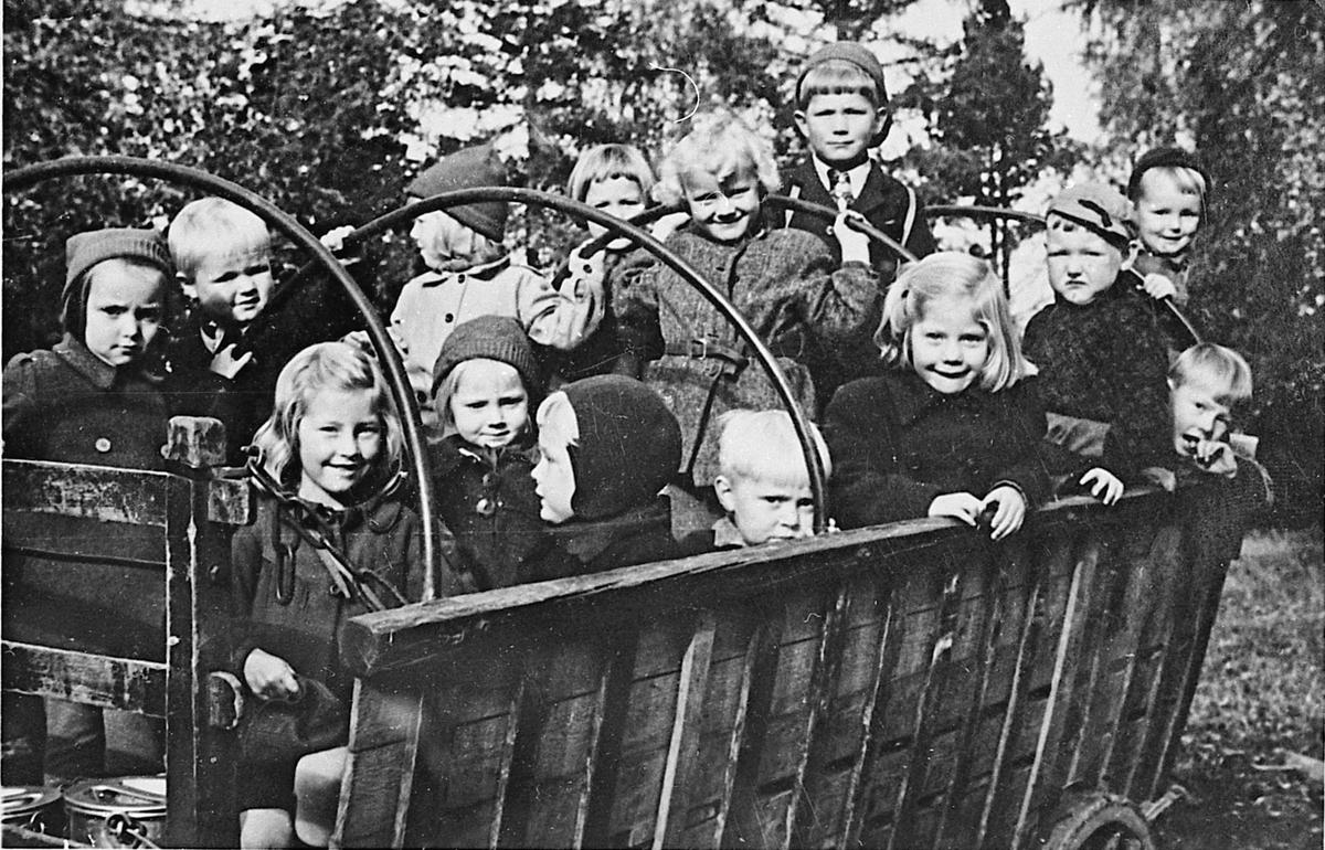 """Fra barnehagen """"Lerkelund"""" på Bøn. 1948 Hest og vogn med barn bakpå. Hesten heter Loppen"""