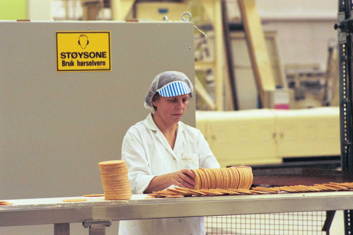 Startkjeks, arbeider, kvinne, fabrikkmiljø, arbeidstøy, varselskilt, støy