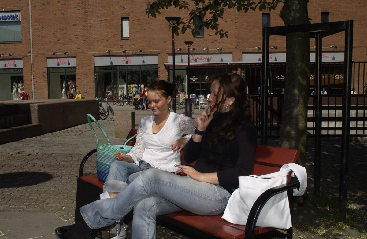 Første dag med ny røykelov 2004. To røykende jenter på krakk. Lillestrøm Torg