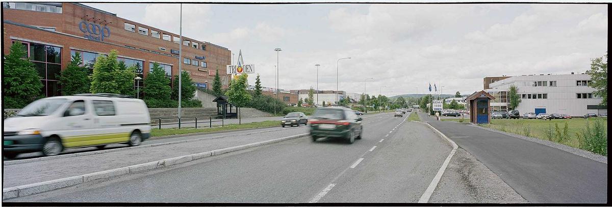 Skårerkrysset sett mot Skårersletta ved Triaden  til venstre, butikk/lagerbygget Skårersletta 60 (tidliger Oslo Bygg) til høyre.. Fotovinkel: N