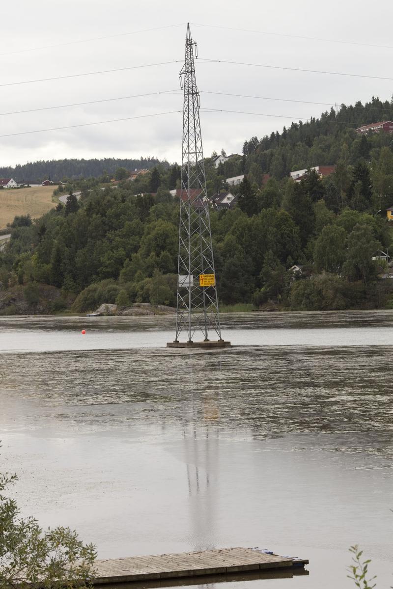 Høyspentmaster i Akershus. Høyspentmast ute i Nitelva ved Heiavika i Lillestrøm i Skedsmo kommune. Fotografiet er tatt mot sør/vest mot Rælingen.