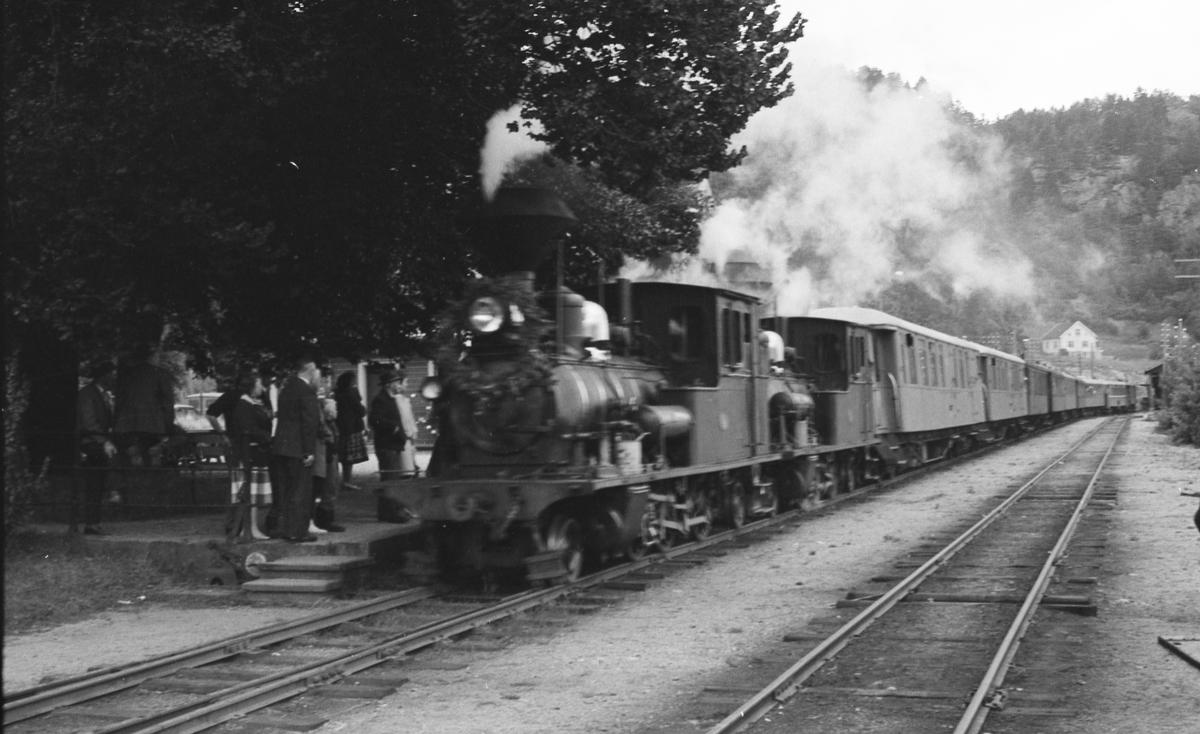Siste minnetog på Setesdalsbanen søndag 2. september 1962. Bildet viser tog 2648 på Hægeland stasjon.