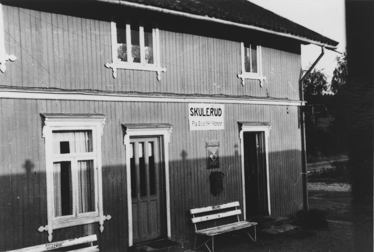 Eksteriør Skulerud stasjon, tatt ut igjennom vinduet i toget.