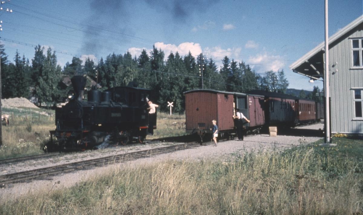 Tog 2051 til Skulerud skifter på Fosser stasjon.