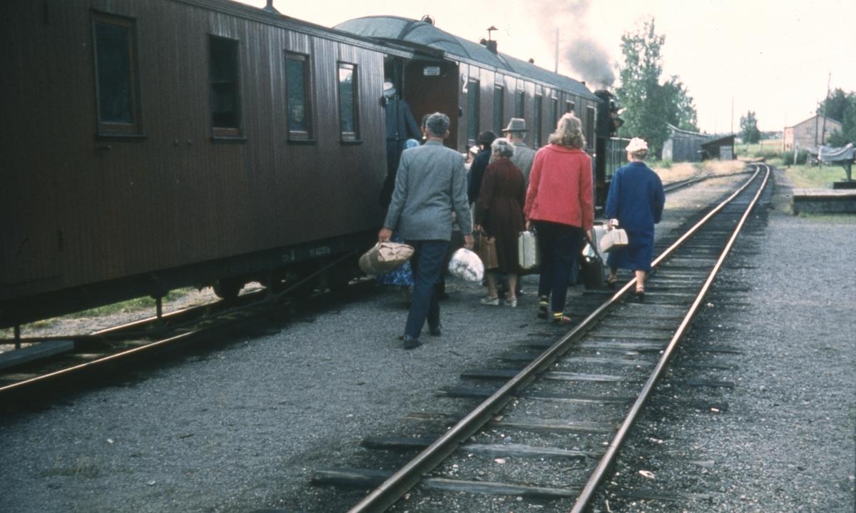 Reisende går ombord i tog 2058 til Sørumsand.