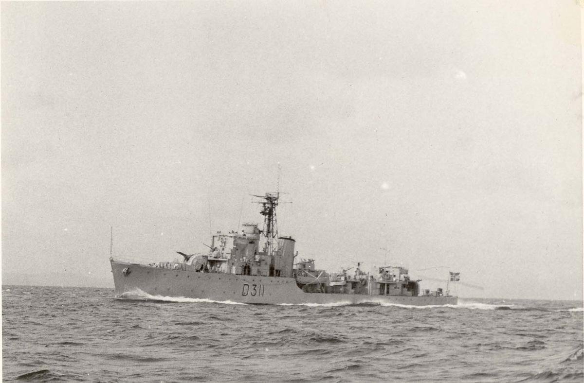 """Motiv: Fregatten KNM """"Tromsø"""" (D311), eskortejager.Babord bredside"""