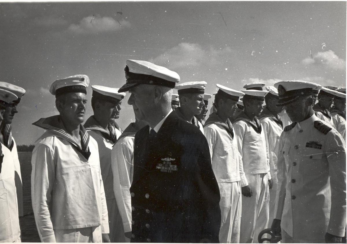Enkeltbilde. C-kl jager, KNM Bergens tokt til Key West i 1962. admiralen inspiserer besetningen.