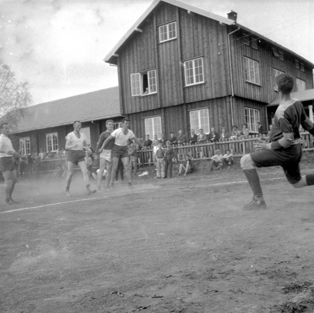 HÅNDBALLKAMP VELDRE - HAM-KAM. ODD SCHJERPEN I LYS TRØYE (HAM-KAM). (HS 16. MAI 1960). HÅNDBALL. STED:VELDRE, VELDROM. KOMMUNE: RINGSAKER. DATO:15. 05. 1960. FOTO:EGIL M. KRISTIANSEN