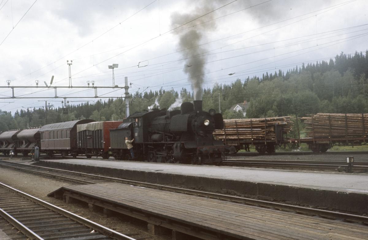 Tog til Skreia før avgang fra Eina stasjon. Damplok type 24b nr. 264.