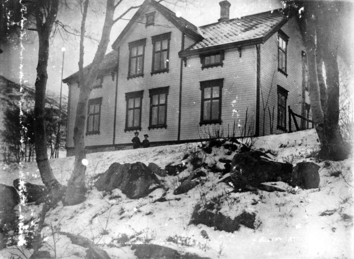 Eksteriør, Øre prestegård 1902-1907. To barn foran bygningen. Vinter