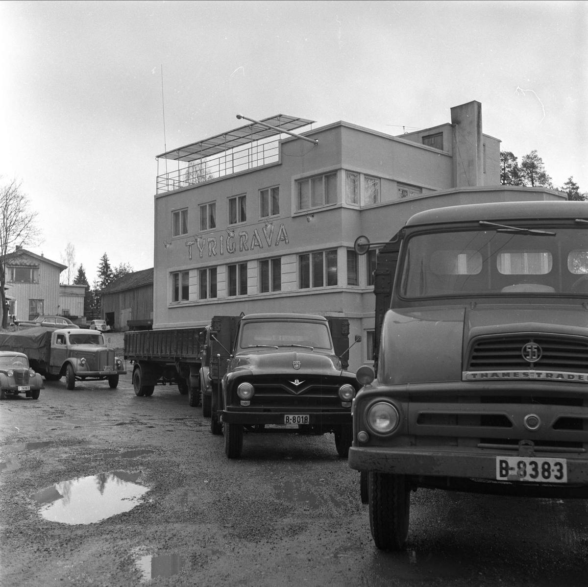 Parkerte lastebiler foran Tyrigrava Kro og Pub, Gamle Mossevei 55, Ski, oktober 1959. Møtested for bil- og motorsyklister.
