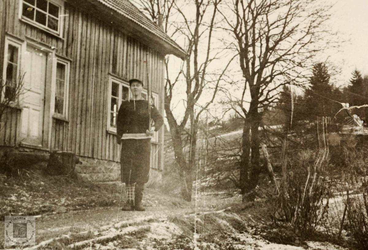 Ola Ågedal fremfor heimen sin, Kjørkebakken, Seland i Grindheim.