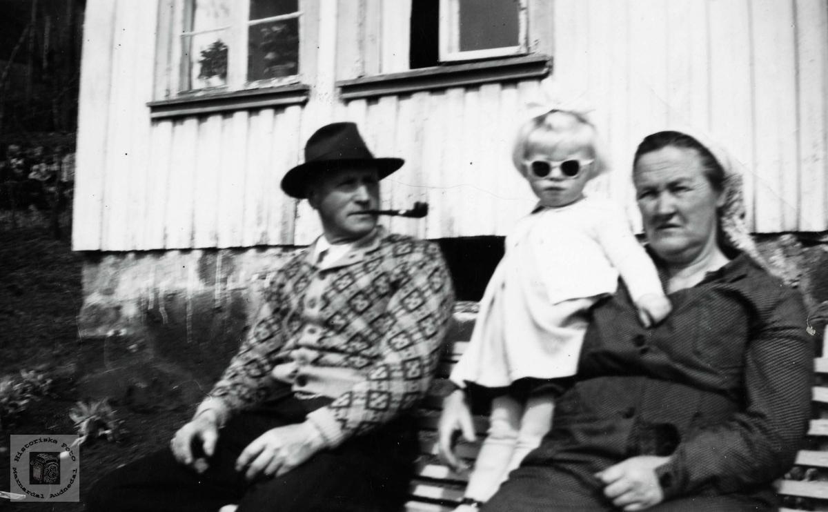 Familiebilde på hagebenken på Tønnesland, Bjelland.