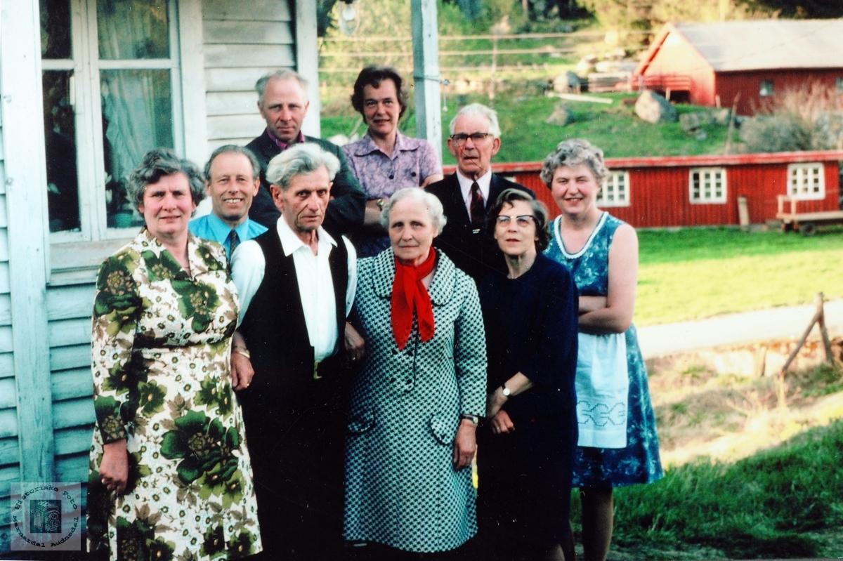 Venner og naboer i bursdagslag hos Nils på Håland. Grindheim.