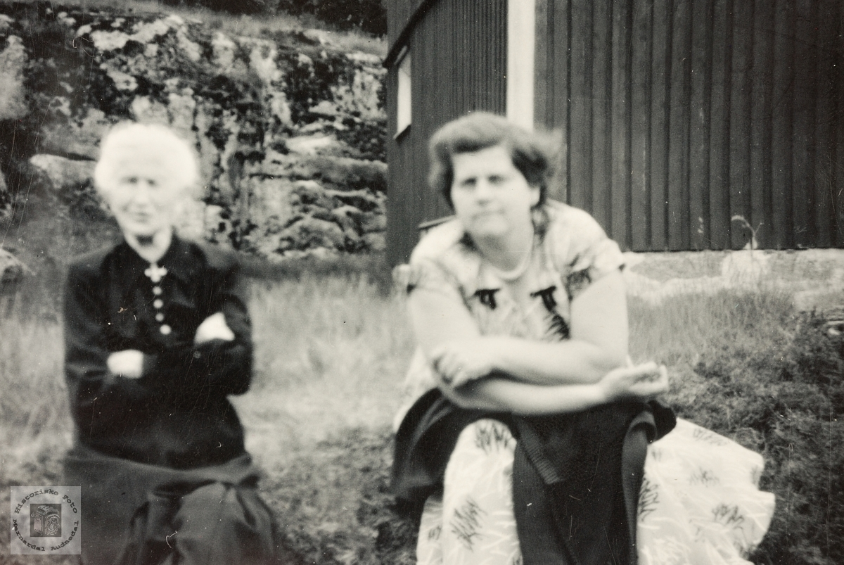 Bestemor på diamantbryllupsdagen med barnebarnet Asborg. Grindheim.