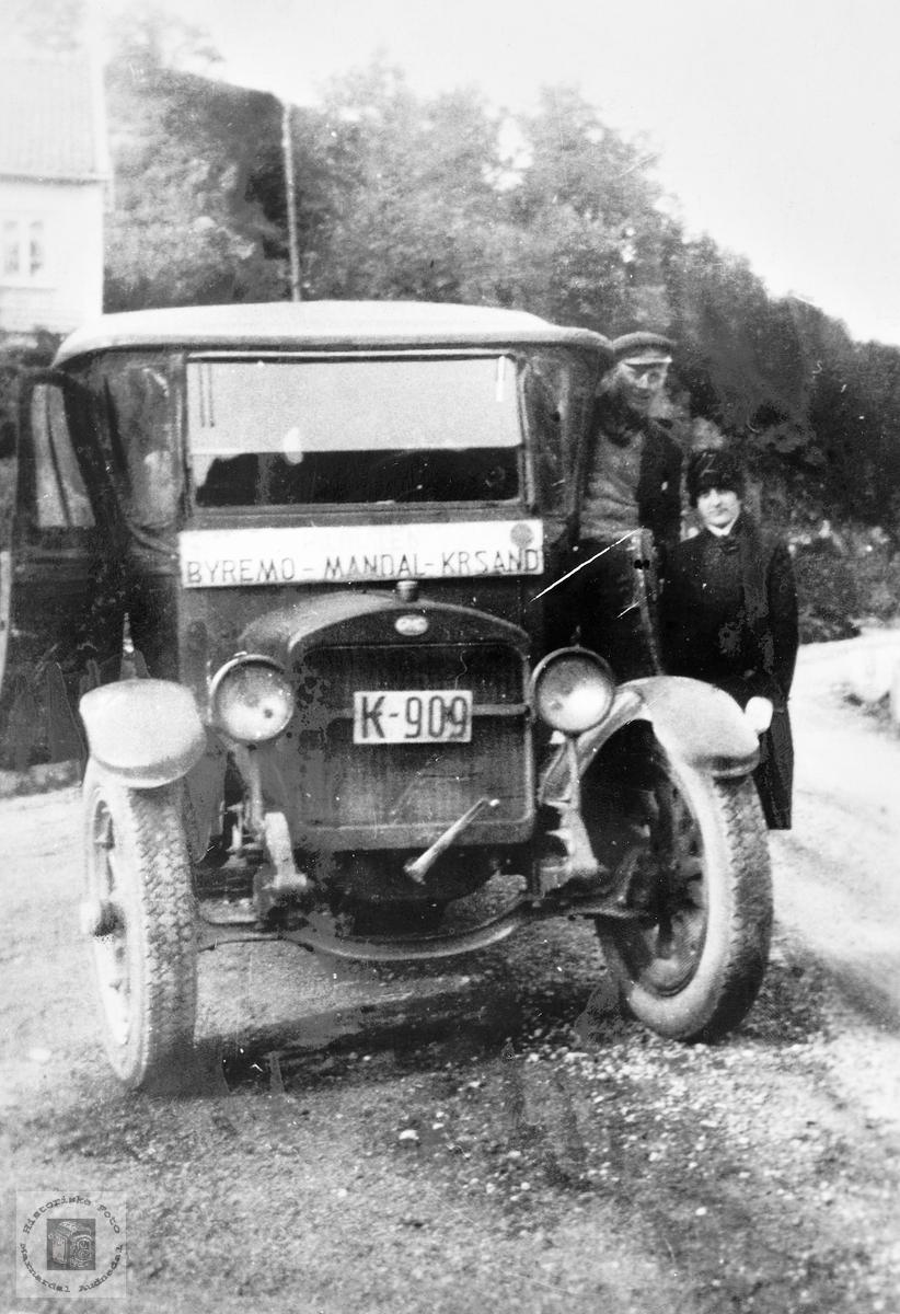 Sjåføren er klar for tur med rutebilen Byremo-Kristiansand. Grindheim.