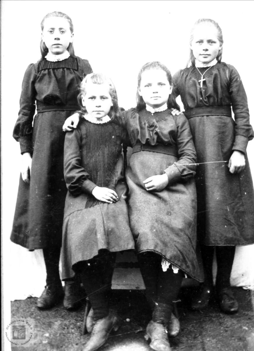 Portrett av fire finpynta småjenter fra Bjelland.