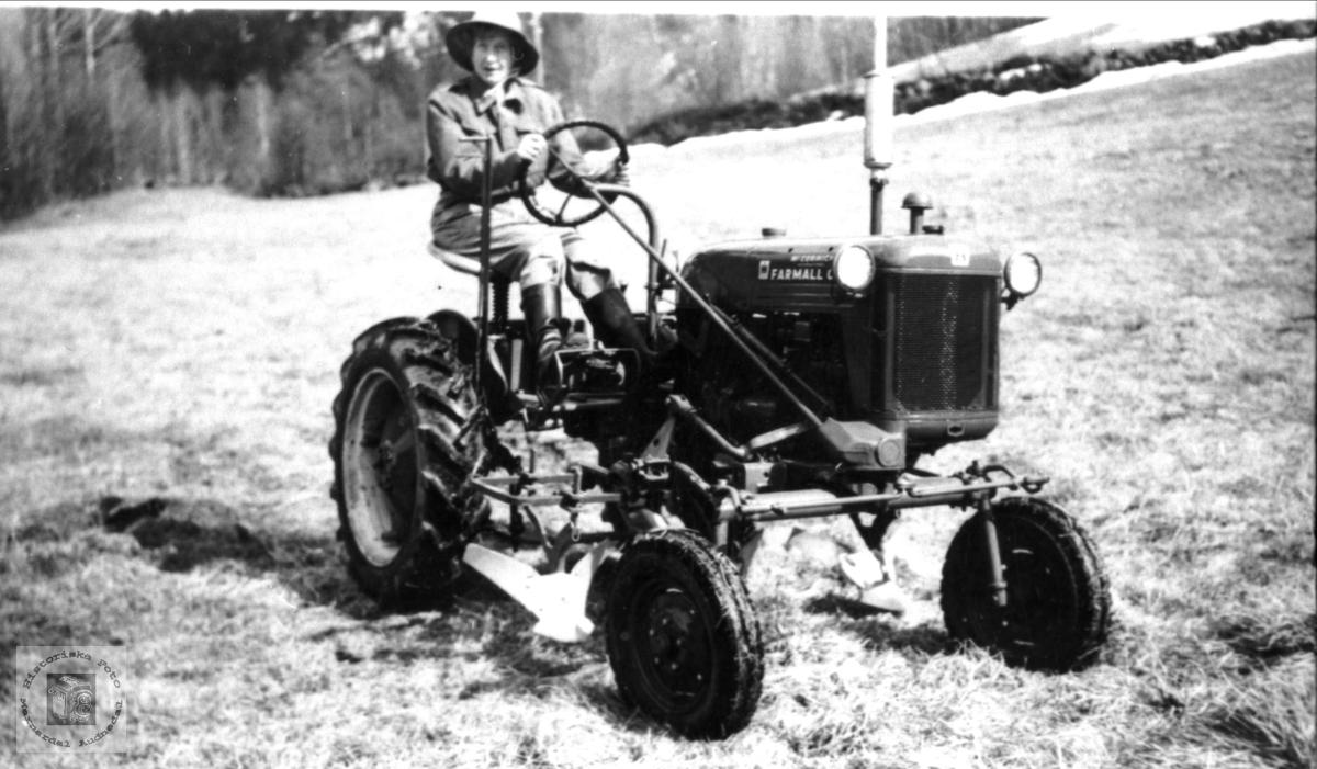 Ingerid Homme på traktor på Sveinall i Laudal.