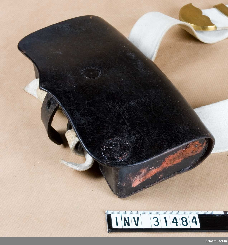 Grupp C I. Ur paraduniform för manskap vid livregementets dragonkår 1846-59. Består av vapenrock, byxor, kask, mössa, stövel, kartusch, rem,  halsduk, koppel, handrem.