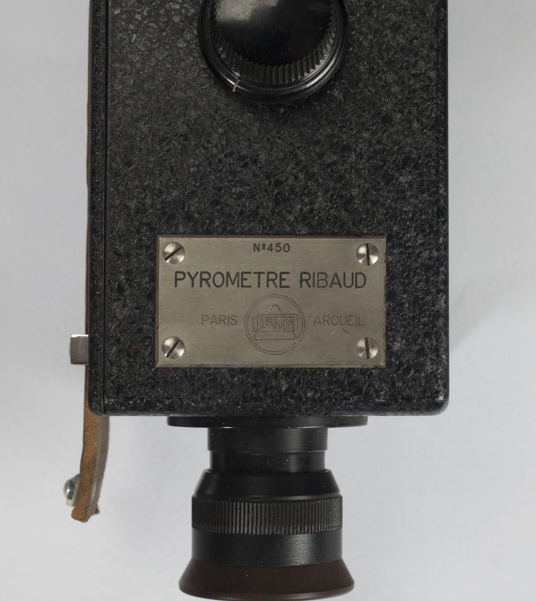 Apparatets fasong kan minne om en T satt sammen av tre firkantede bokser. Midt på er en liten rund skive. Enden av en sylinder stikker ut fra topp og bunn.