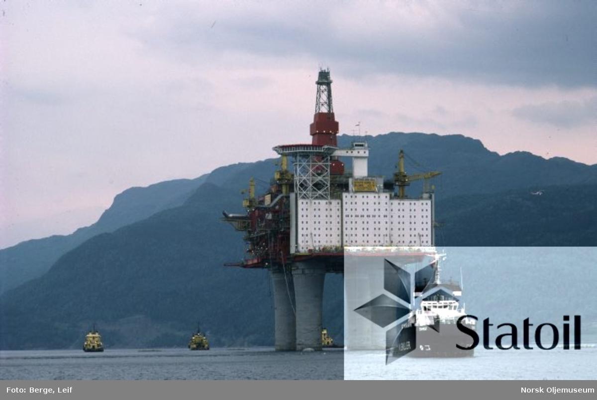 Her slepes Statfjord C ut til Nordsjøen.  Fem-seks av verdens største slepebåter trakk Statfjord C-plattformen fra Yrkesfjorden i Vats ut til den nordlige delen av Statfjord-feltet.På grunn av dårlig vær var det problemer med å komme seg ut til feltet, men den 10. juni ble plattformen plassert 9,5 m fra det beregnede ideelle stedet. Slepet startet den 1. juni.