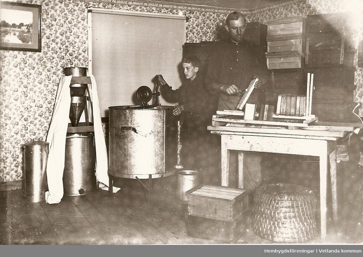 Honungsslugning i Sandåkra, Bäckseda 1934, Berton och Reinhold på bilden.  Fröderyds Hembygdsförening