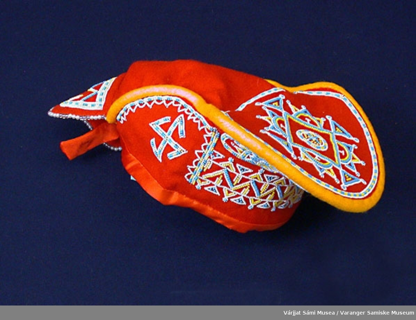 Østsamisk konelue av rødt klede. Pyntet med perler.