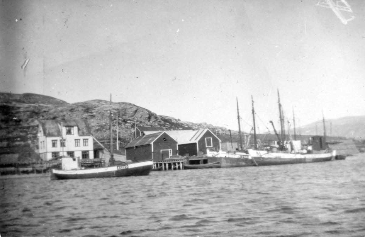 Flere skøyter ligger ved kai og fortøyd på havna. Stedet er ukjent, men det kan være fra Kvalsund kommune før evakueringa.