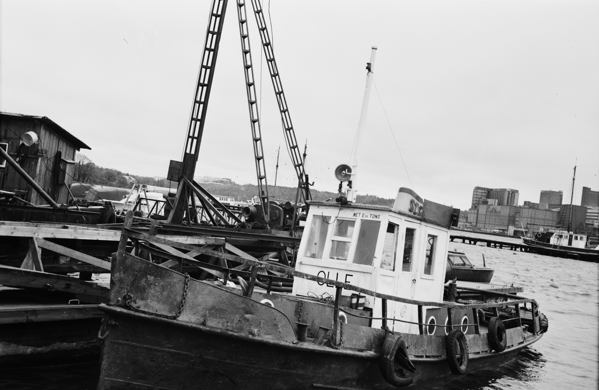 Fartyg: OLLE                           Bredd över allt 2,82 meter Längd över allt 11,80 meter Reg. Nr.: SFB - 8400 Rederi: Arne Avelin Byggår: 1930 Varv: Okänt varv Övrigt: Byggdes för okända. Ägdes 1905 av Ume Älvs Flottningsförening som OLLE. Ångslupen ?Olle?, tillhörande Ume Älfs Flottningsförening, ankom i måndags till Hammars MV för reparation. (VA 11/10 1905). 1942 heter ägarna Törefors AB, Törefors och 1958 fanns hon hos Carl E. Carlsson, Lidingö. Svenska Muddrings AB ägde 1960 och de överlät till AB Skånska Cementgjuteriet 1962. Köptes 1962 av Arne Avelin som sålde 1981 till Thure Moberg, Stockholm och han gjorde sig av med henne 1984 till Roslags Marin AB, Stockholm. Köpt 1985 av A. Eriksson, Lilla Gräskö och hette då JIM. Sannolikt fritidsbåt efter detta, och senare omdöpt till OLLE igen. Om detta är den sanna historien om OLLE är osäkert. Det har funnits åtminstone 3 st små ?Ollar? och en sammanblandning dem emellan är inte omöjligt. Text: Bengt Westin