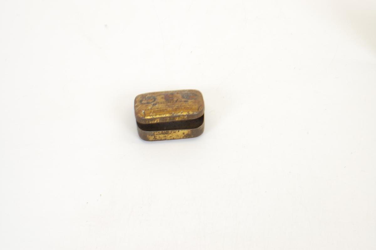 Form: en metalltråd er bøyd i en åpen ring og endene står ut til hver side i 90 graders vinkel til ringen (omtrent). Små dingsebomser.