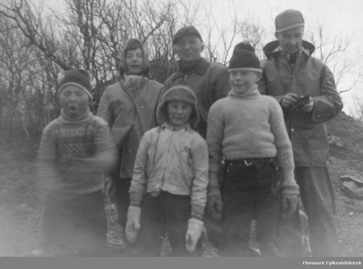 Tre voksne og tre barn på tur. De er, bak fra venstre: Ingrid Nymo, Johannes Nymo, Hans Rasmussen. Foran fra venstre: Torbjørn Nymo, Bjørn Malin, Ingolf Jolma. Stedet er ukjent.