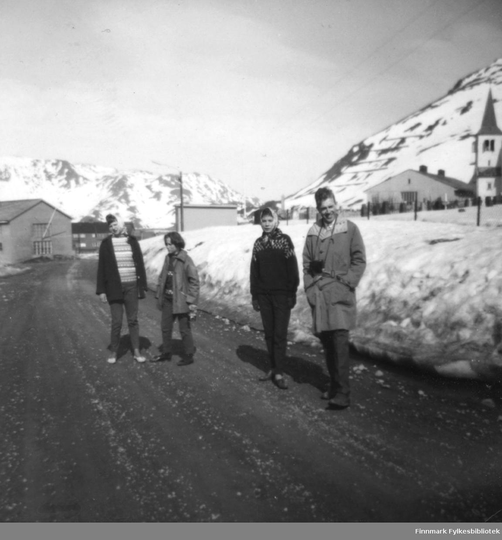 Fire personer fotografert på en vei i forbindelse med en klassetur på framhaldskole. De er fra venstre: Eldbjørg Johansen, Astrid Johansen, Gerd Eriksen, Richard Bergh. Stedet er ukjent.