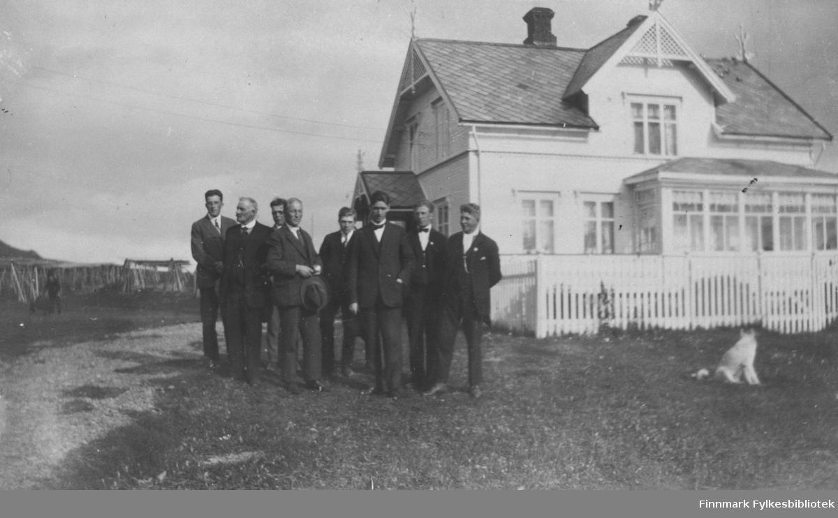 8 menn i dress er samlet til fotografering utenfor Guldbrandsenhuset i 1928.  Fra v. Sevalders, Hendry, ukj, ukj, Trygg, Pastor Torp, Alf Mortensen og Odd Guldbrandsen.