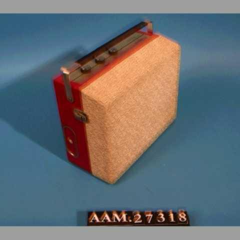 DELER: a) platespiller  b) single-plate Platespilleren er montert i en kasse av kryssfiner, med tre betjeningsknotter, bærehåndtak, ledning til lysnett. I lokket er høytaleren montert. Kryssfinerkassen er tapetser med vinyltapet.