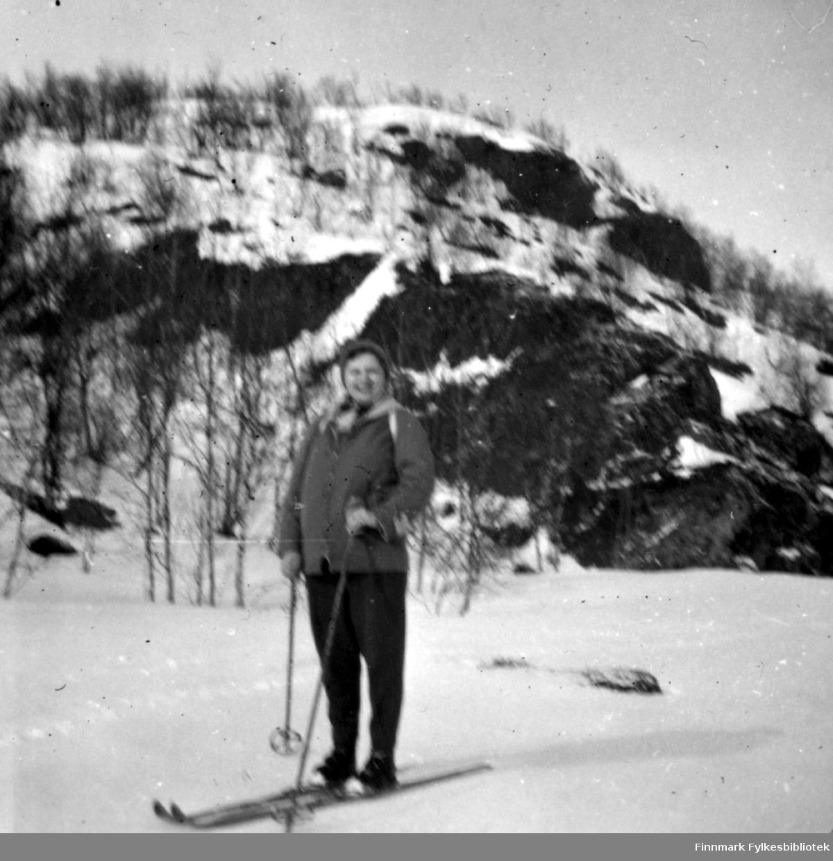 Grethe Nilssen på skitur til et av Sitsi-vannene vinteren 1958. Hun var en lidenskapelig fritidsfisker, så antakelig var formålet med turen isfiske