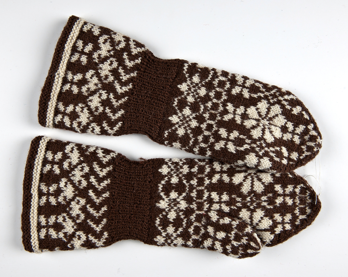 Mönsterstickad damkragvante i 3-trådigt ullgarn. Bottenfärg brun och mönster i naturvit.