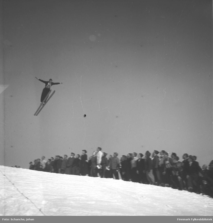 Kretsrennet på ski , Vadsø 1946. Nils Persen fra Sør-Varanger hopper.