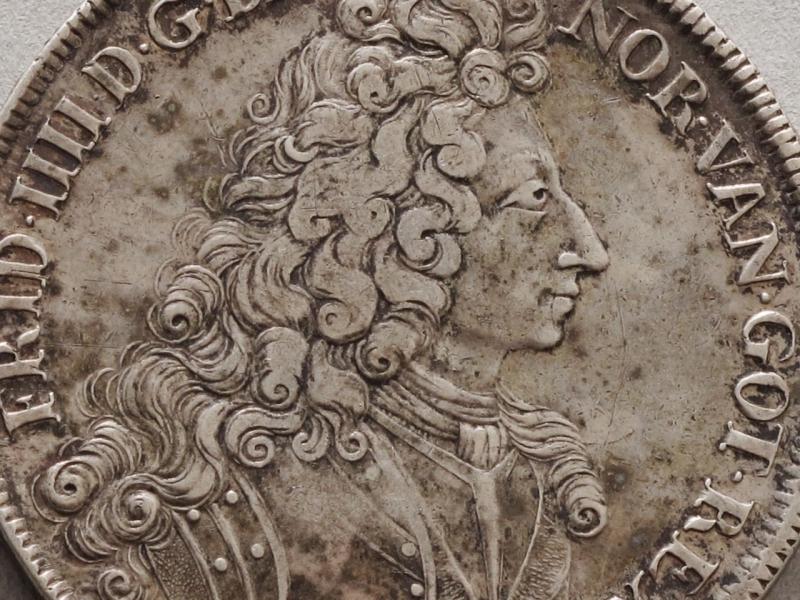 Adv. Relieffportrett,  av Frederik IV.  Byste m. parykk.  Rev. 3 hovedvåpen i kronet skjold, derom 2 ordenskjæder.