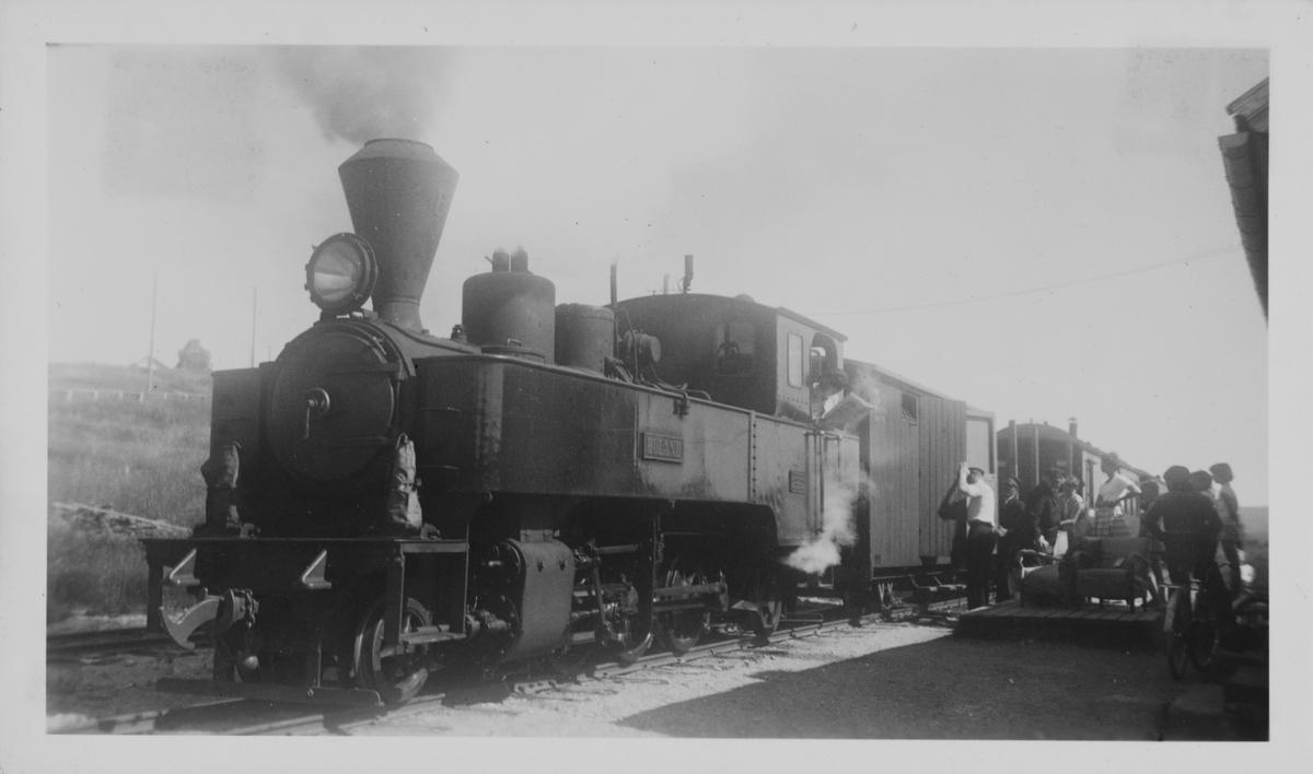 Tog til Skulerud på Hornåseng stasjon. Toget trekkes av damplokomotiv nr. 6 Høland.