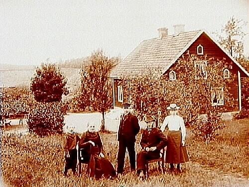 Familjegrupp 5 personer i trädgården.Parstuga.Viktor Larsson.