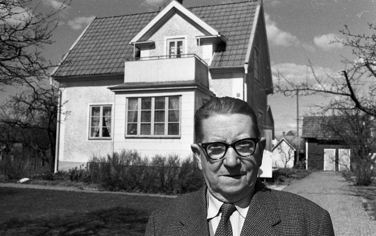 Inackorderingshem, Rallare, Viadukten Lillån 27 april 1968En man står på grusgång, och bakom honom ser man ett hus och ett skjul.
