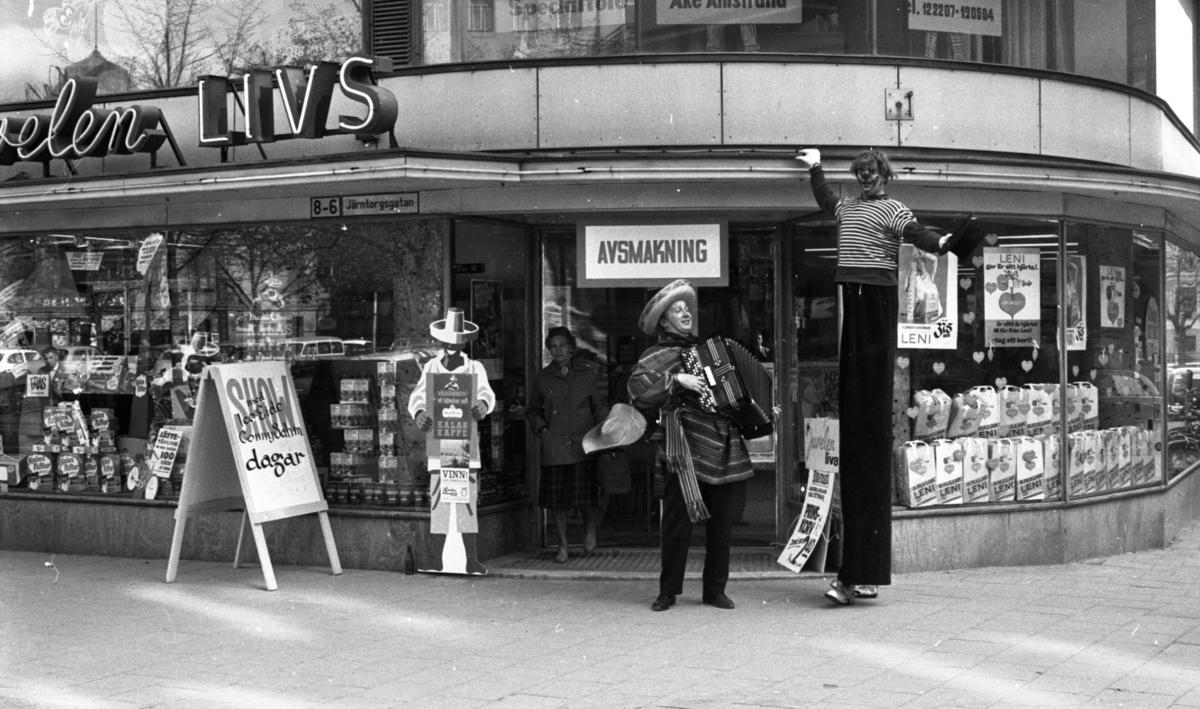 Jättelång clown 15 maj 1965.  Clownen på styltor är Leo Eide/Leonard Eidsheim och dragspelaren är Conny Sahm.