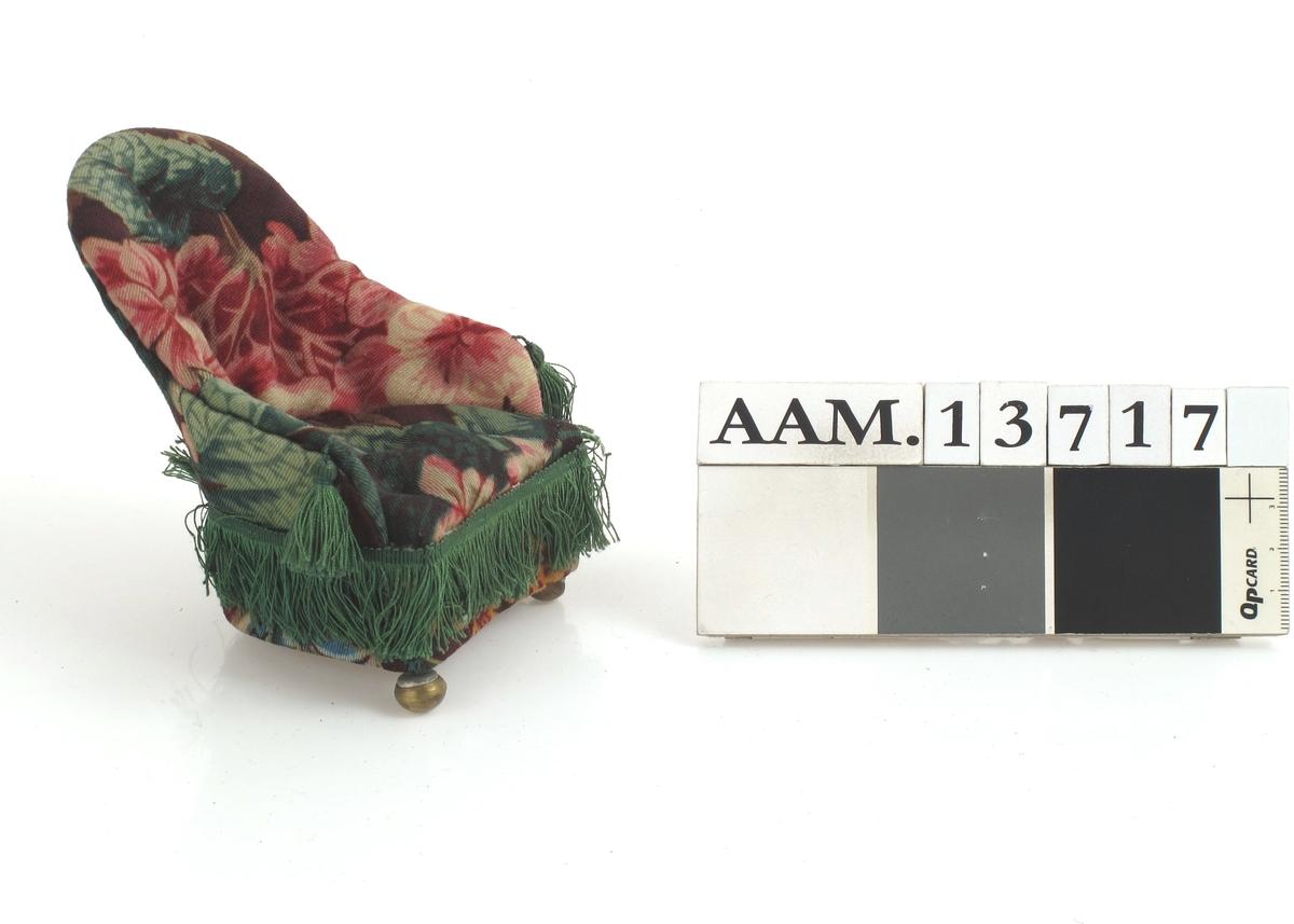 Lenestol.  Storblomstret ullstoff som AAM.13717.  Grønne silkefrynser