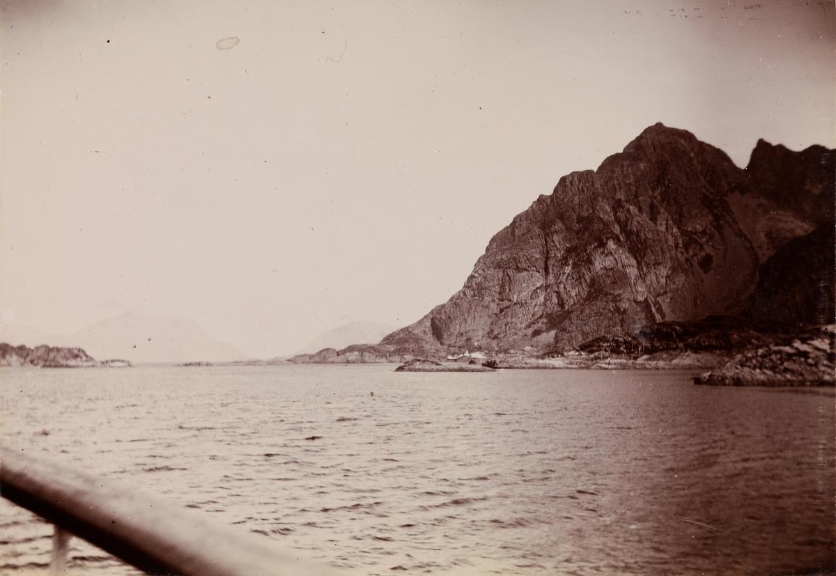 Fjord og fjell sett fra en båt.