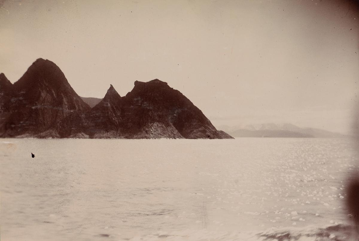 Fjord og spisse fjell sett fra båten.